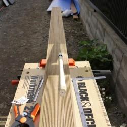 端部には1枚の板がそのまま入る巾が無かったので長さ方向にウッドデッキ上板を切っているところです