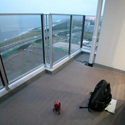 近くに海が見える高層マンションのベランダ