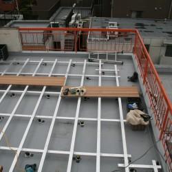 デッキ材を貼り付ける下地材の設置が完了