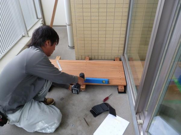 水平器を当てて、アジャスターボルトをまわし高さの調整をします