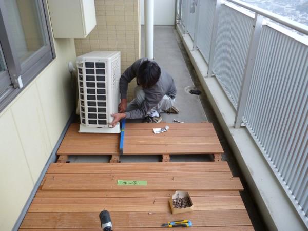 エアコンの室外機を乗せられる場合は、この様に機械の下にデッキを敷き込みます