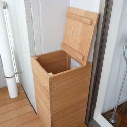 壁面のホースの露出部分を木製のボックスで隠しました